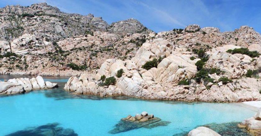 noleggia un catamarano o una barca a vela in Sardegna