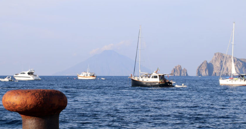 noleggia un catamarano o una barca a vela alle eolie sicilia